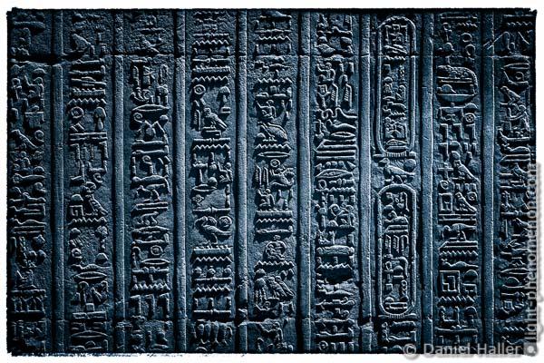 Geheimnisvolle altägyptische Hieroglyphen als Cyanotypie, Doppeltempel von Kom Ombo, Oberägypten - light-phenomenon.com